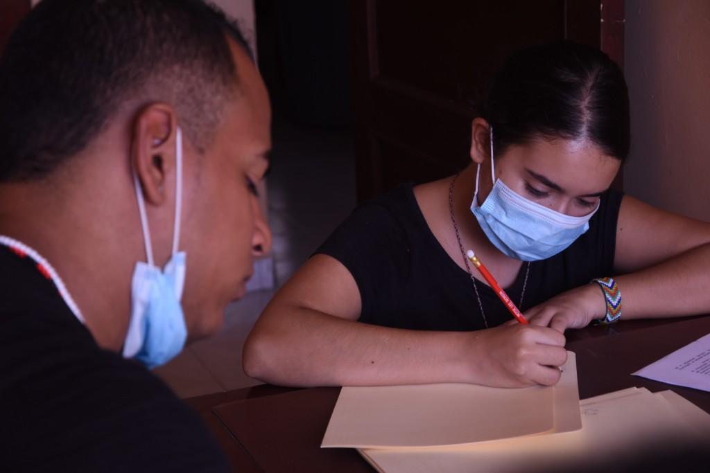 Javier y María José, estudiantes universitarios, organizan documentos del PCN en la preparción para digitalizarlos (foto: Anthony Dest)